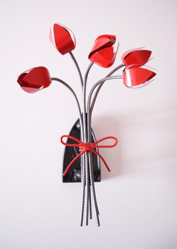 Bouquet de tulipes sur vieux fer