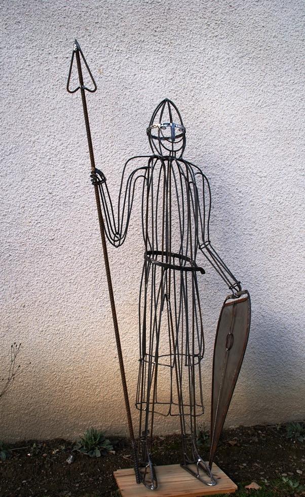 Grand chevalier du 12ème siècle avec lance et bouclier
