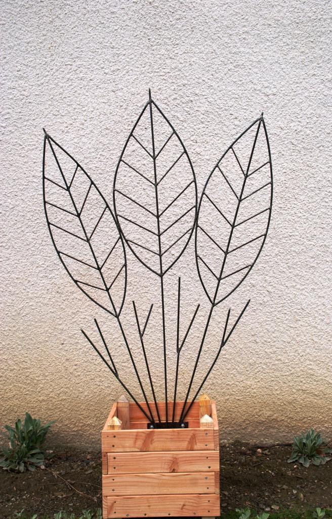 Bac et sculpture en fer pour plante grimpante