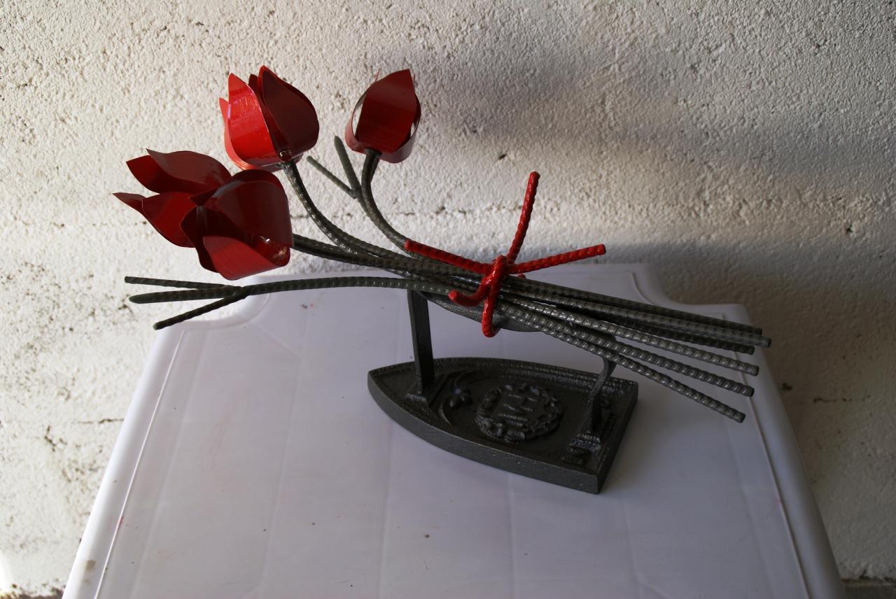 Bouquet de 5 tulipes avec garniture en fer, fixé sur vieux fer