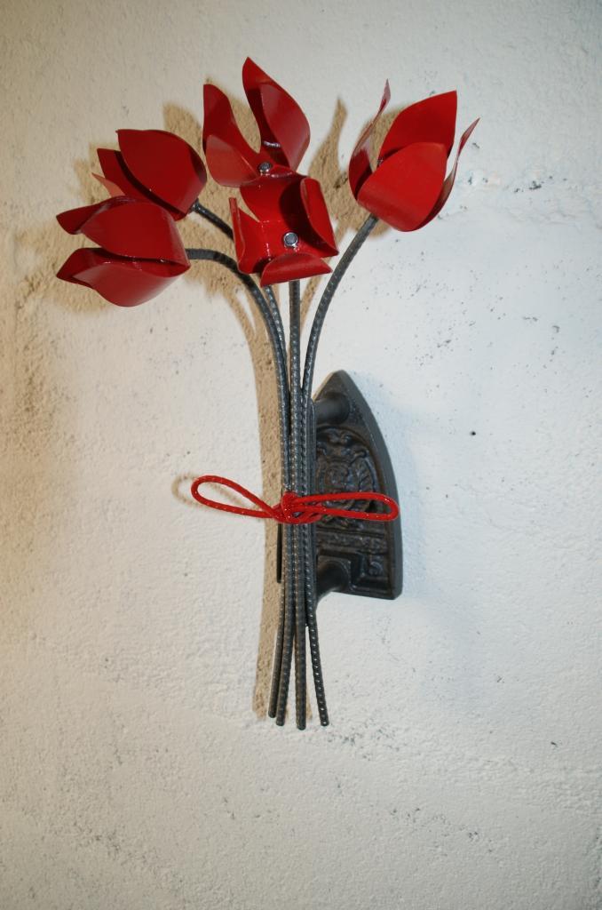 Bouquet de tulipes fixé sur vieux fer