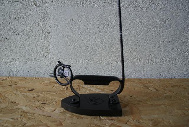 Chat noir sur vieux fer à repasser